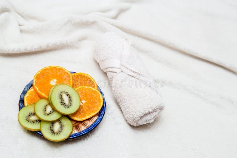 отрезанный плодоовощ кивиа, полотенце апельсина цитруса стоковое фото