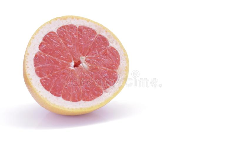 Отрезанный розовый грейпфрут изолированный на белой предпосылке стоковые фото