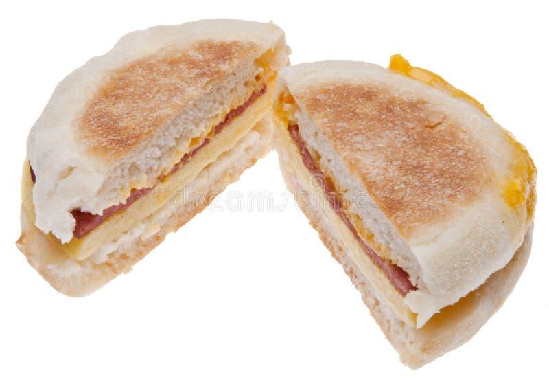 отрезанный сандвич яичка сыра завтрака бекона стоковая фотография