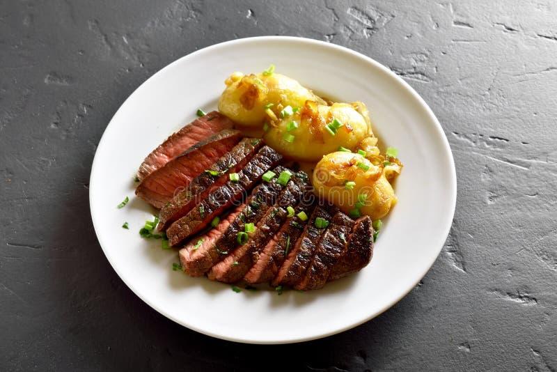Отрезанный стейк говядины с картошкой стоковые фото