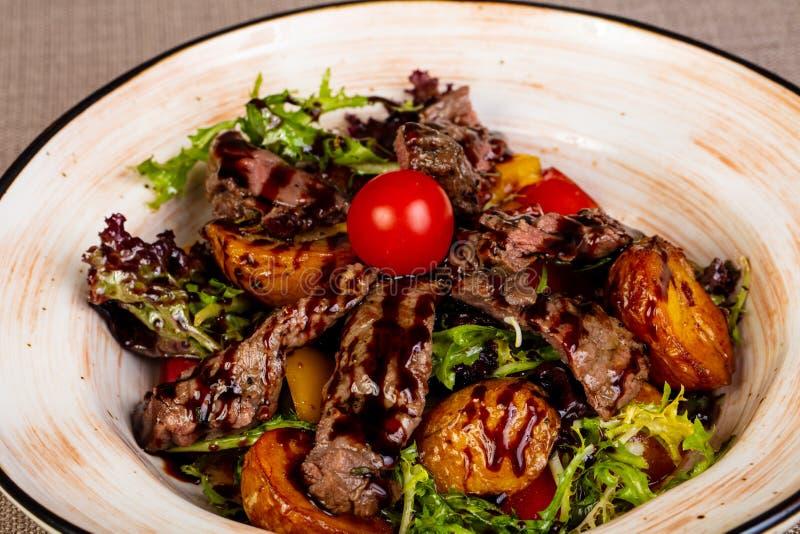 Отрезанный стейк говядины с картошкой стоковые изображения