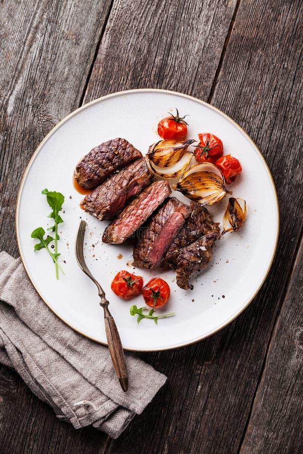 Отрезанный стейк говядины средства редкий зажаренный стоковое изображение