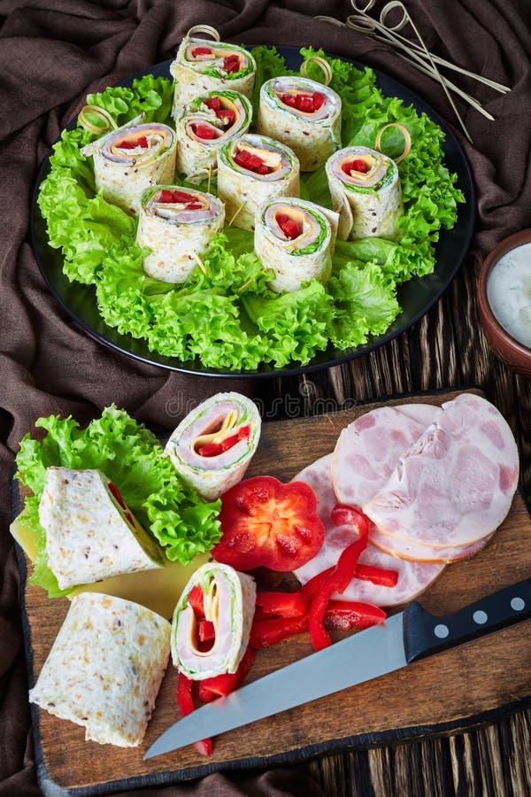 Отрезанный сэндвич создает программу-оболочку на плите, взгляде сверху стоковые фото
