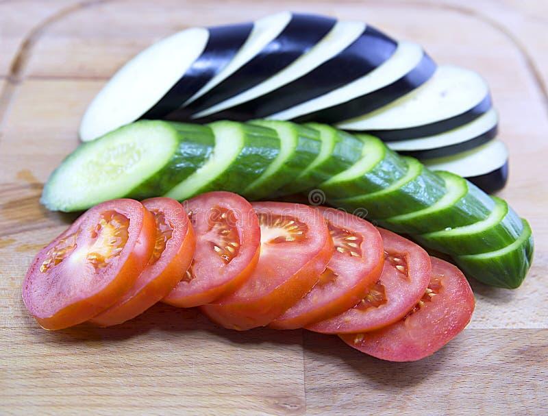 Отрезанный томат, огурец, баклажан на доске, отрезал овощи, vegetable ингридиенты для салата стоковые изображения rf
