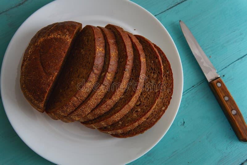 Отрезанный хлеб рож на деревянном столе стоковые изображения