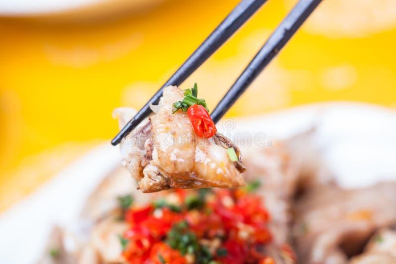 Отрезанный холодный цыпленок с соусом chili стоковые фотографии rf