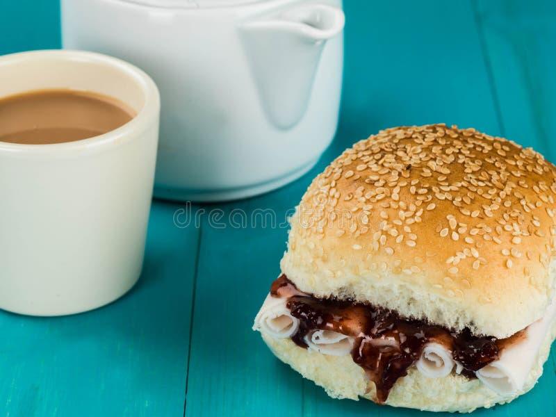 Отрезанный хлебец соуса Турции и клюквы с чашкой чаю стоковое изображение rf