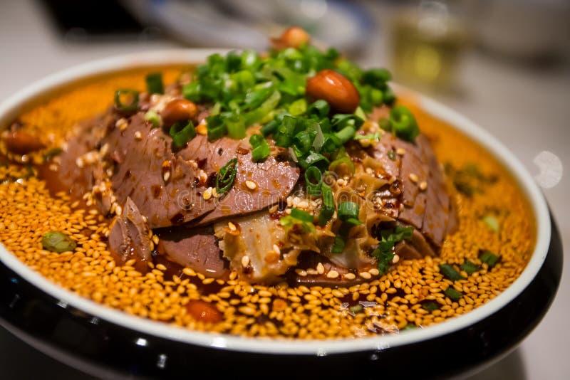 Отрезанный язык говядины и вола в соусе Chili стоковое фото