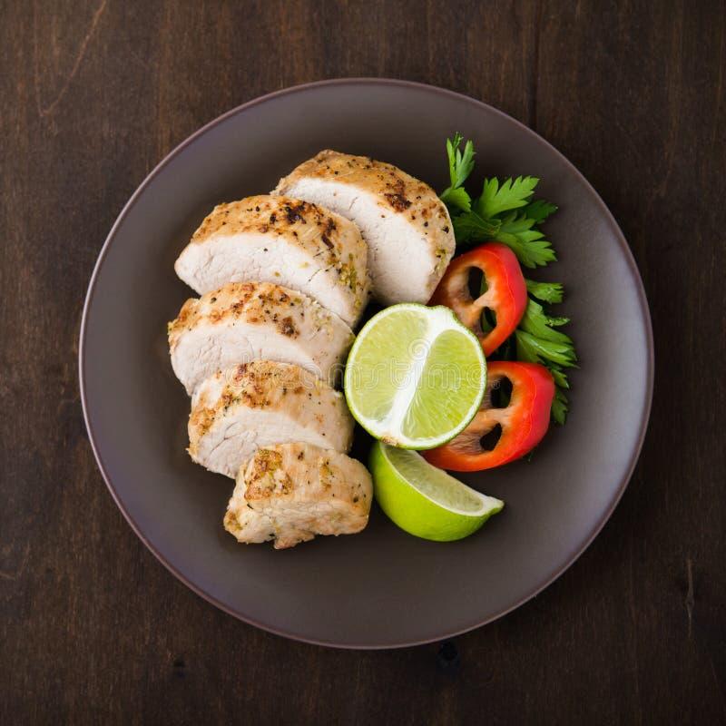 Отрезанный tenderloin свинины известки с взгляд сверху салата овощей стоковые изображения