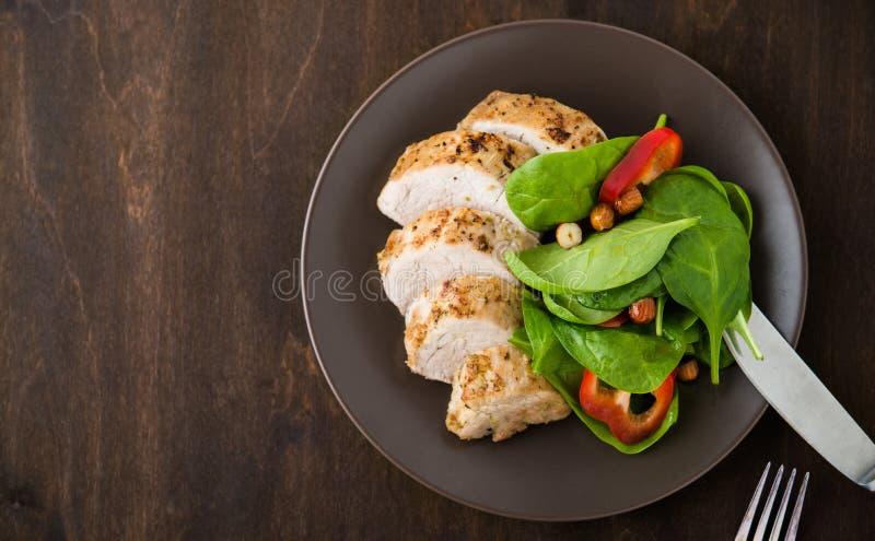 Отрезанный tenderloin свинины известки с салатом овощей на темном деревянном взгляд сверху предпосылки стоковые фото