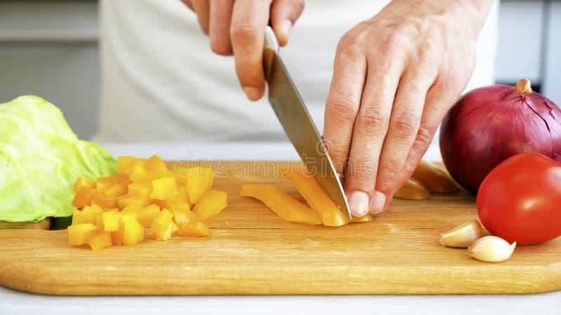 Отрезать сладостный перец на деревянной разделочной доске стоковые фотографии rf