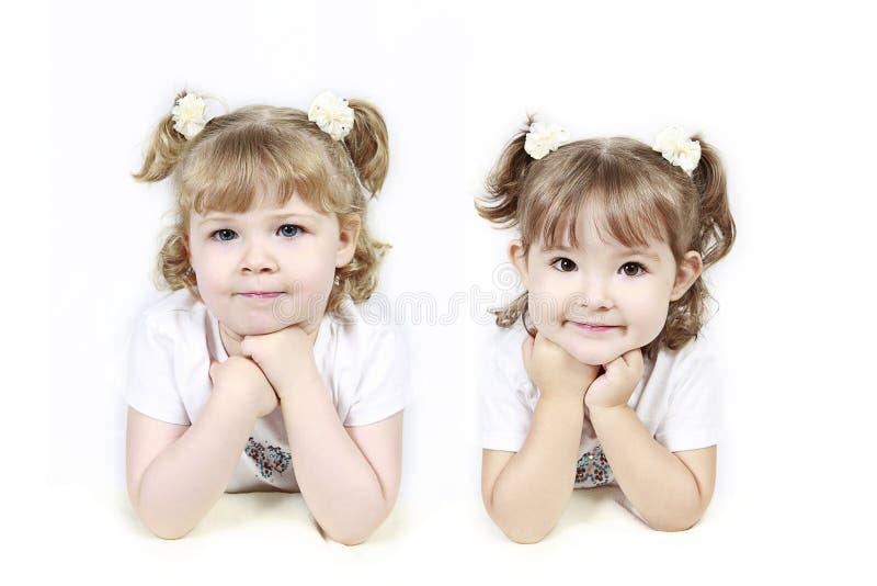 отрезки провода 2 девушок маленькие стоковые изображения rf