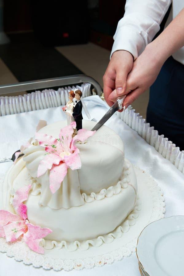 отрезоки торта невесты холят венчание стоковые изображения