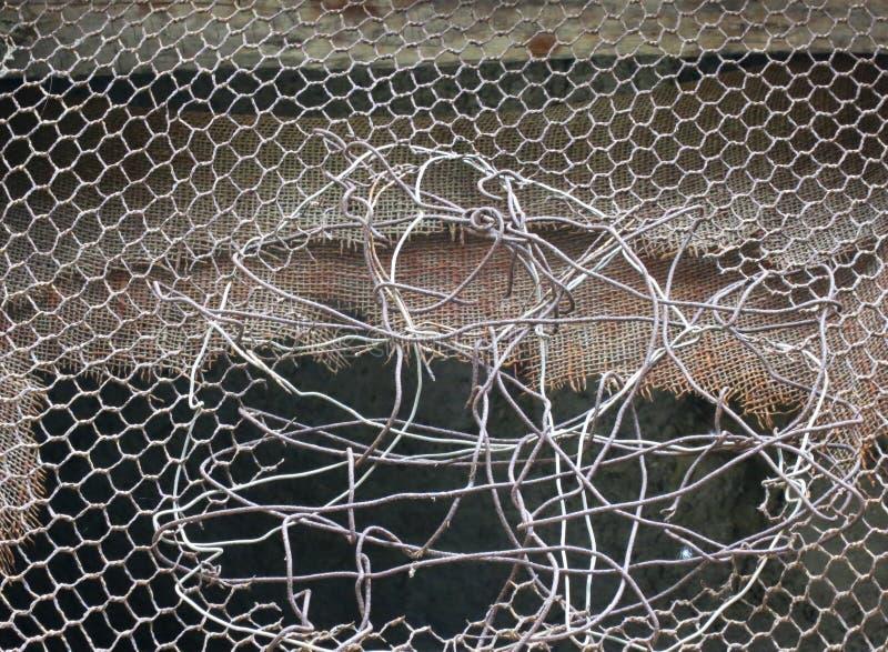 Отремонтированное отверстие в части марли или мелкоячеистой сетки провода стоковое фото