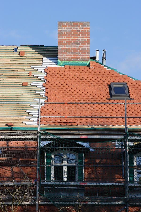 отремонтируйте крышу стоковая фотография