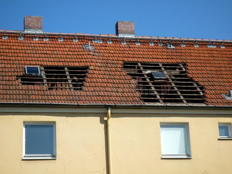 отремонтируйте крышу стоковые фотографии rf