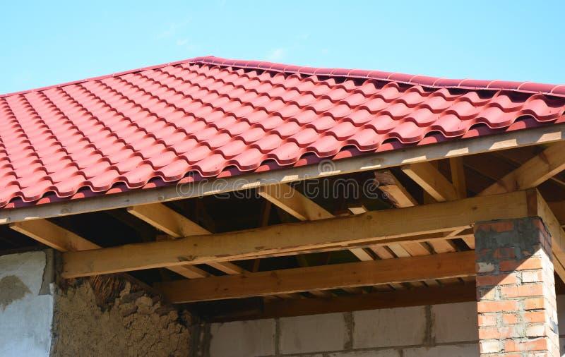 Отремонтируйте старый дом с реновацией и новой установкой крыши металла и отремонтируйте деревянные ферменные конструкции стоковое изображение rf