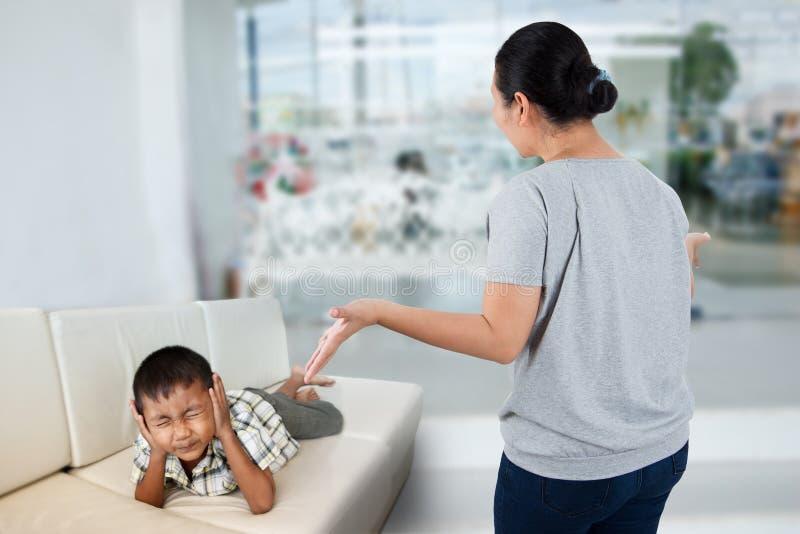 Отрицательный родитель эмоции стоковое фото