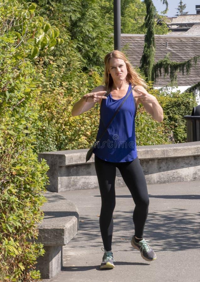 Отроду атлетическая женщина сорок пять представляя в парке Snoqualmie, к востоку от Сиэтл стоковое изображение rf