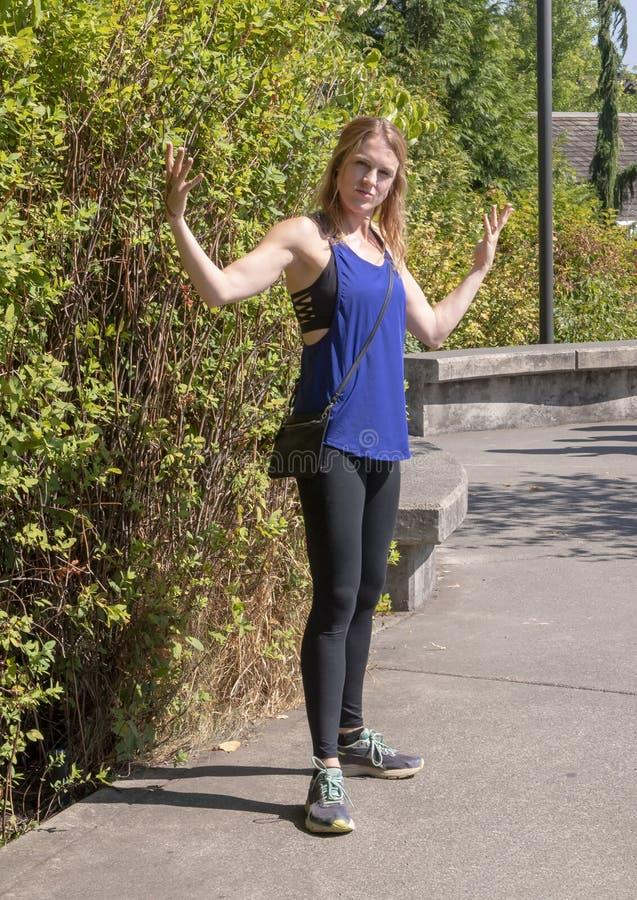 Отроду атлетическая женщина сорок пять представляя в парке Snoqualmie, к востоку от Сиэтл стоковое фото rf