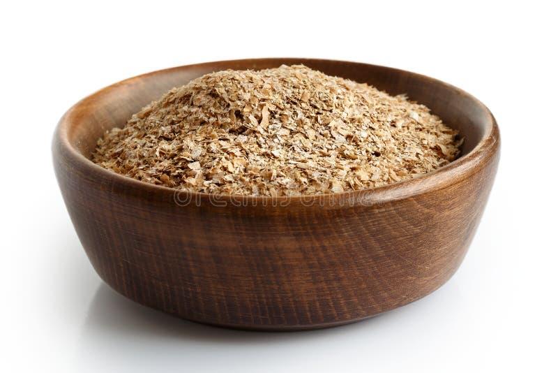 Отруби пшеницы в темном деревянном шаре стоковое фото rf