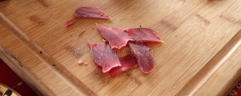 отрывисто Пастрома или pastramy сильно закалённая копченая говядина, типично, который служат в тонких кусках Pastterma деликатес  стоковое фото