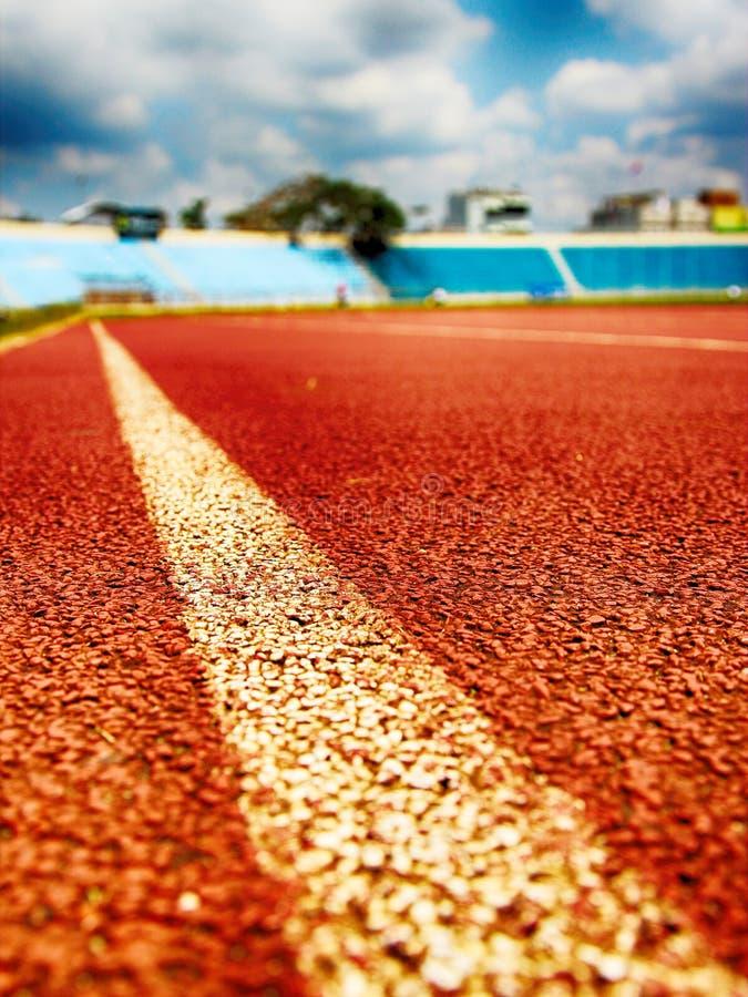 Отслеживайте атлетику, бегите игра n гонка атлетики стадиона стоковое изображение rf