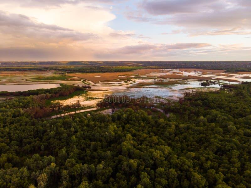 Отснятый видеоматериал трутня воздушного ландшафта реки захода солнца кинематографический Летание над рекой Dniestr в Украине или стоковое изображение rf