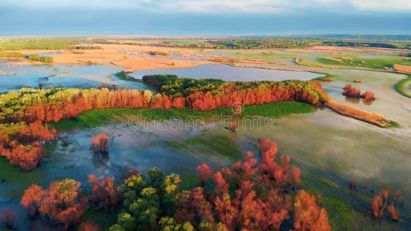 Отснятый видеоматериал трутня воздушного ландшафта реки захода солнца кинематографический Летание над рекой Dniestr в Украине или стоковое фото
