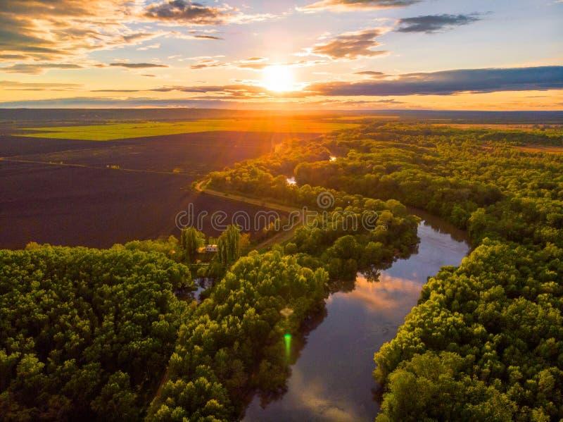 Отснятый видеоматериал трутня воздушного ландшафта реки захода солнца кинематографический Летание над рекой Dniestr в Украине или стоковые фотографии rf