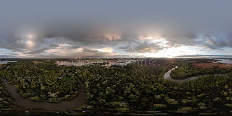 Отснятый видеоматериал трутня воздушного ландшафта реки захода солнца кинематографический Летание над рекой Dniestr в Украине или стоковые фото