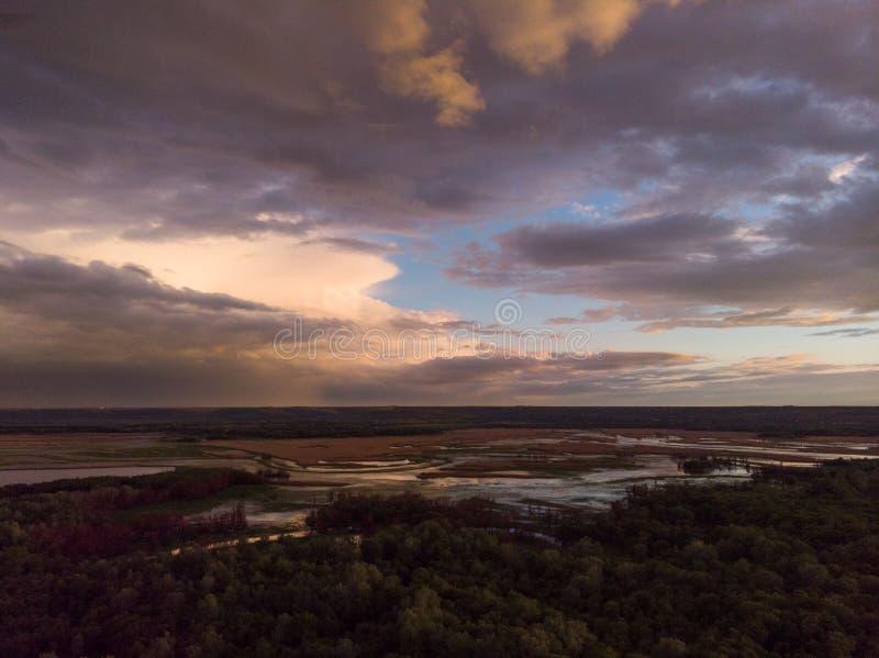 Отснятый видеоматериал трутня воздушного ландшафта реки захода солнца кинематографический Летание над рекой Dniestr в Украине или стоковая фотография