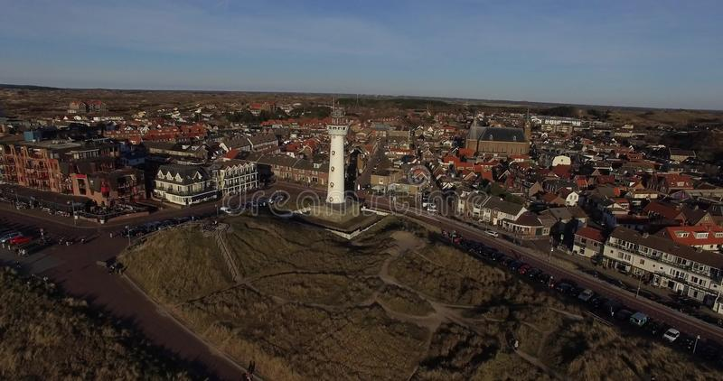 Отснятый видеоматериал трутня воздушный маяка и городского пейзажа на заходе солнца в Голландии акции видеоматериалы