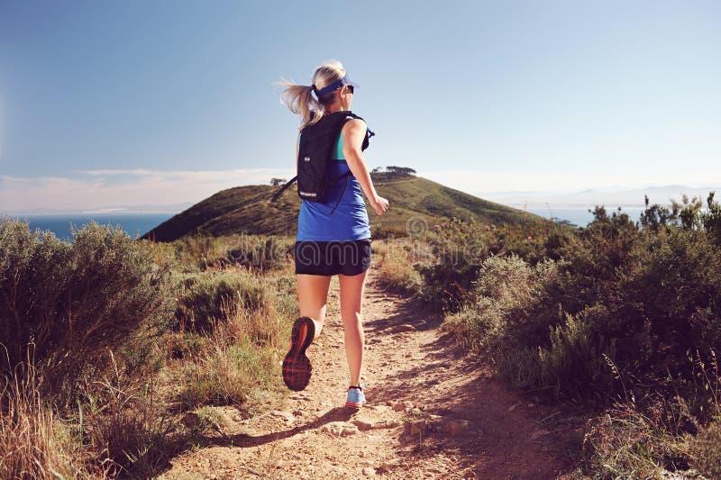 Download Отстаньте идущую женщину стоковое изображение. изображение насчитывающей athens - 40579897