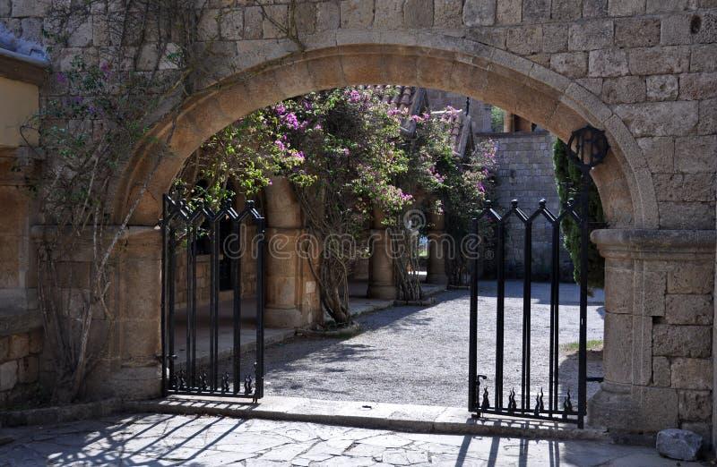 Отстробированный вход к двору на монастыре Родосе Ialyssos стоковое фото