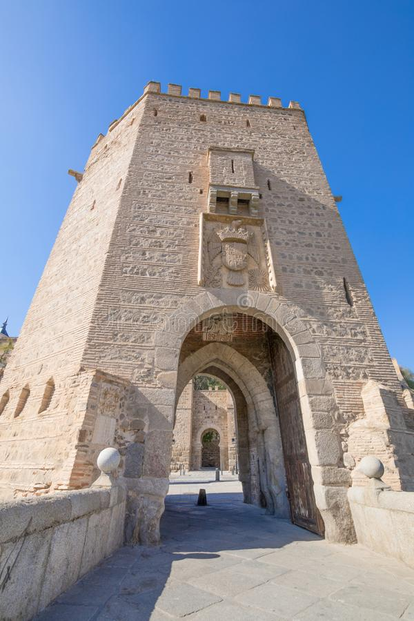 Отстробируйте башенку в мосте Alcantara в городе Toledo стоковое изображение rf