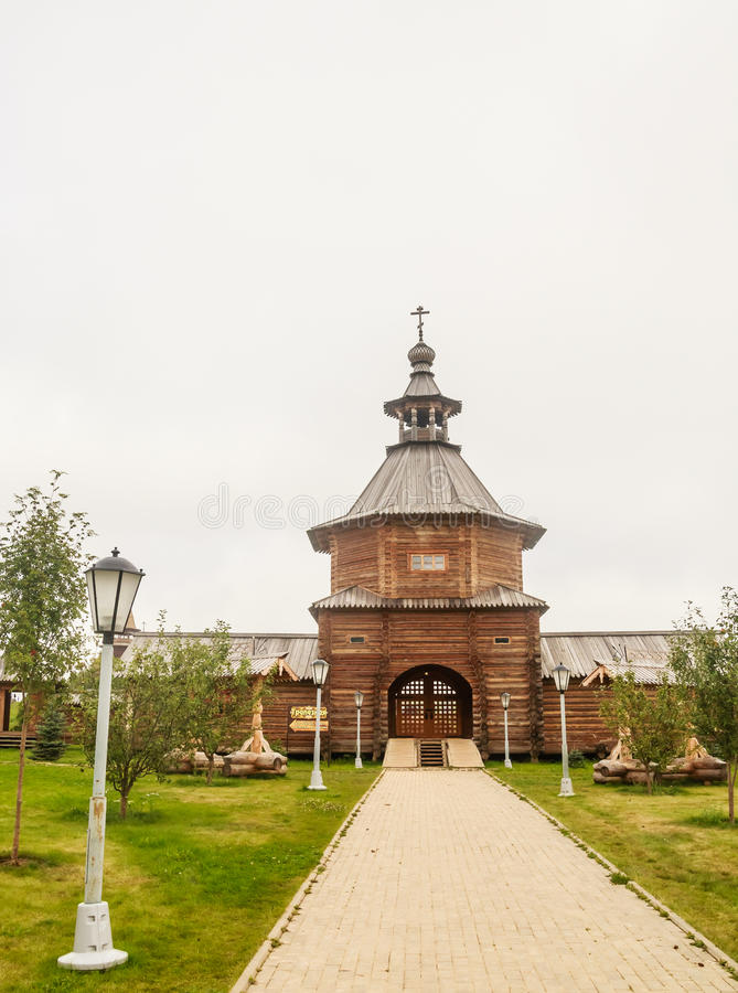 Отстробируйте деревянную церковь на входе к святому ключу Gremyachiy источника стоковые фотографии rf