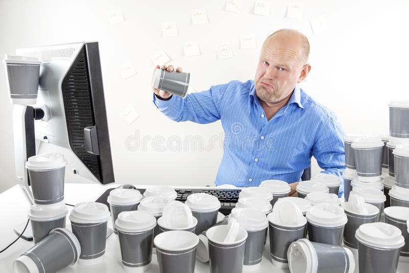 Отсутствие больше кофе для утомленного и унылого бизнесмена стоковое фото rf