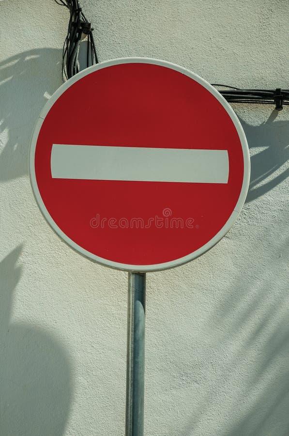 Отсутствие дорожного знака входа перед стеной гипсолита белой стоковые изображения