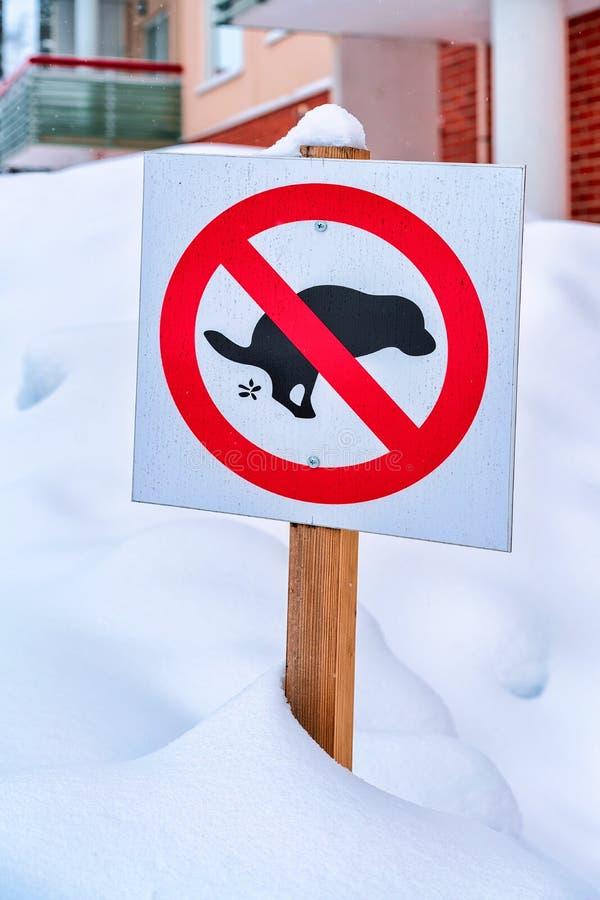 Отсутствие дорожного знака экскрементов собаки в улице в зиме Rovaniemi стоковая фотография rf