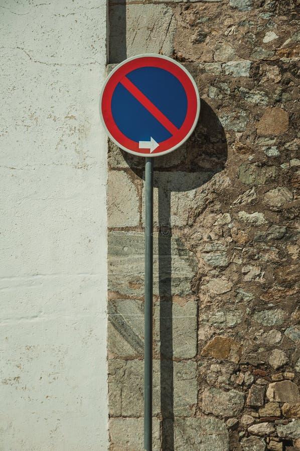 ОТСУТСТВИЕ ЖДАТЬ дорожного знака перед гипсолитом и каменной стеной на Elvas стоковые изображения