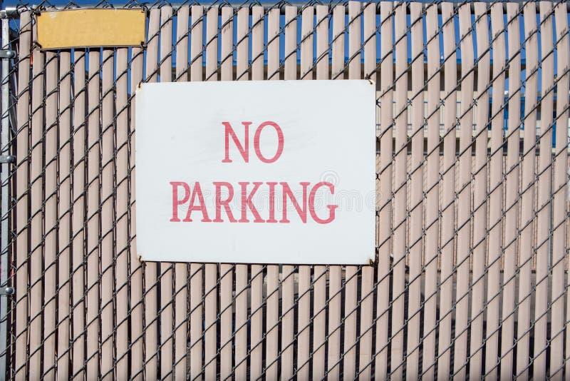 Download Отсутствие знака автостоянки на современной стене Стоковое Фото - изображение насчитывающей картина, parking: 81801766