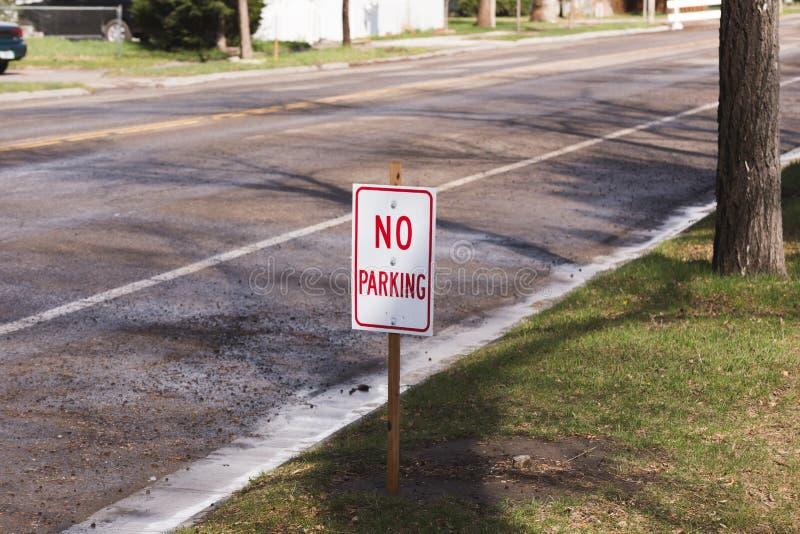 Отсутствие знака автостоянки на улице стоковые изображения rf