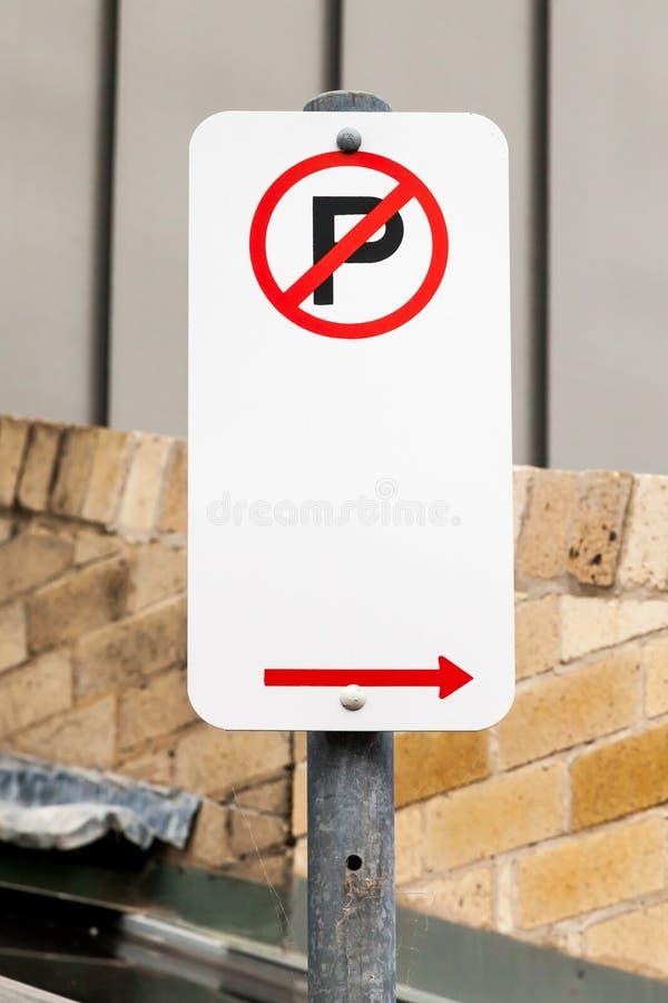 Отсутствие знака автостоянки при стрелка указывая право на улица города стоковая фотография