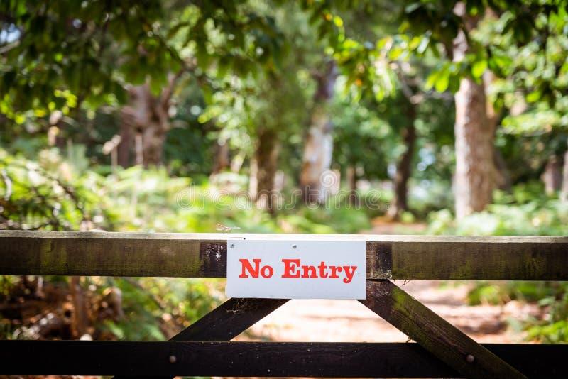 Отсутствие знака доски входа на обнести забором территорию заповедника леса Защита частной собственности r стоковые изображения