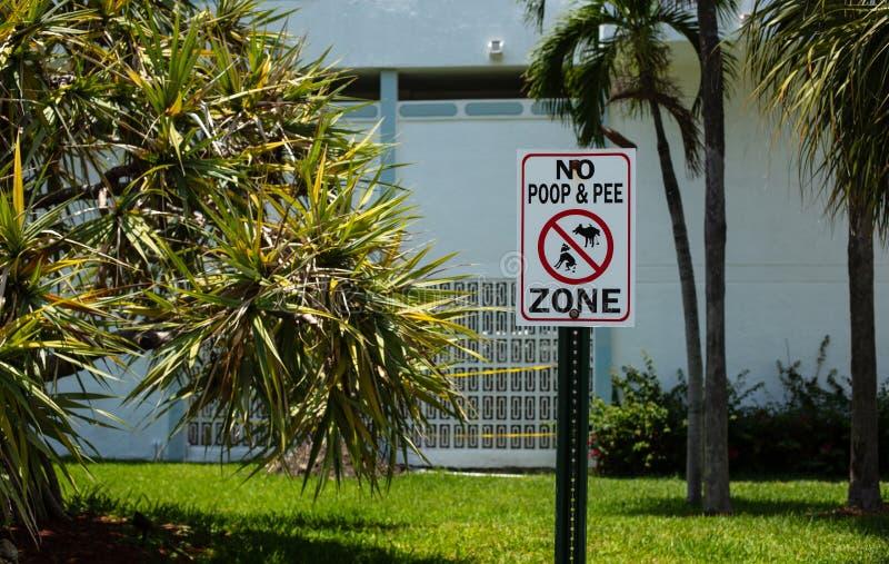 Отсутствие знака зоны кормы и мочи собак стоковая фотография
