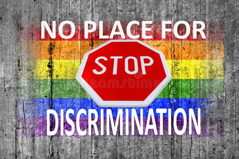 Отсутствие места для дискриминации и знака СТОПА и покрашенного флага LGBT на серой конкретной предпосылке стоковое фото rf