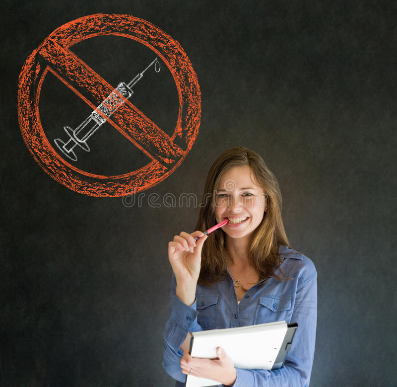 Отсутствие руки ручки и бумаги женщины лекарств усмехаясь на подбородке на предпосылке классн классного стоковые фото