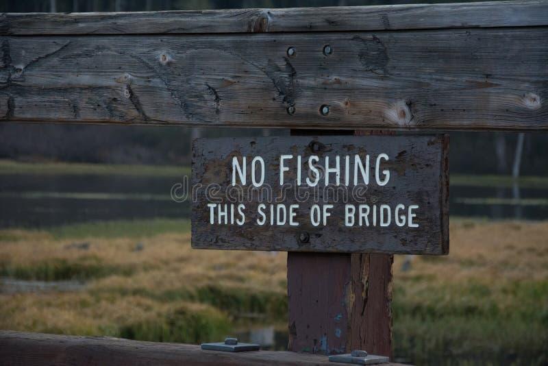 Отсутствие рыбной ловли эта сторона моста стоковая фотография rf