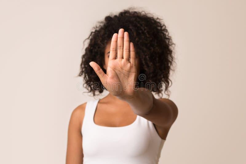 Отсутствие середин никаких Женщины показывая знак стопа стоковое фото